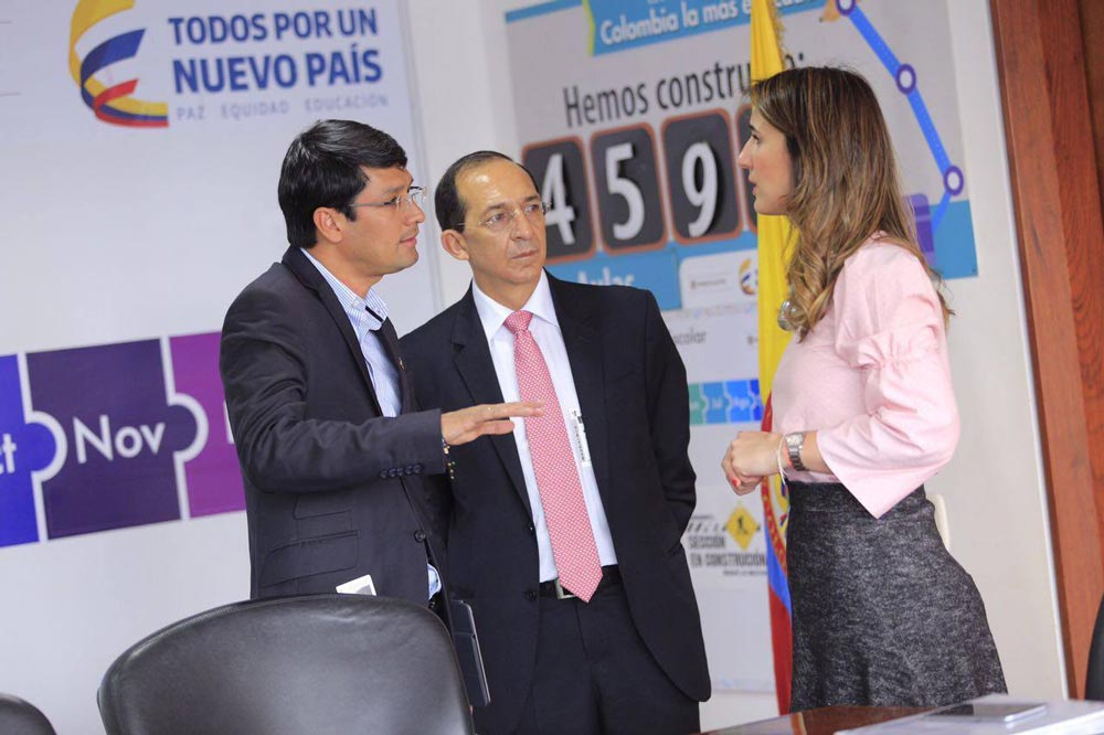 Dr. Camilo Romero Gobernador de Nariño, Dr. Carlos Solarte Portilla Rector Universidad de Nariño en diálogo con la Ministra de Educación Nacional Dra. Yaneth Giha Tovar.